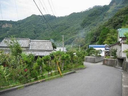 鰻温泉区営浴場前の風景/060921.JPG